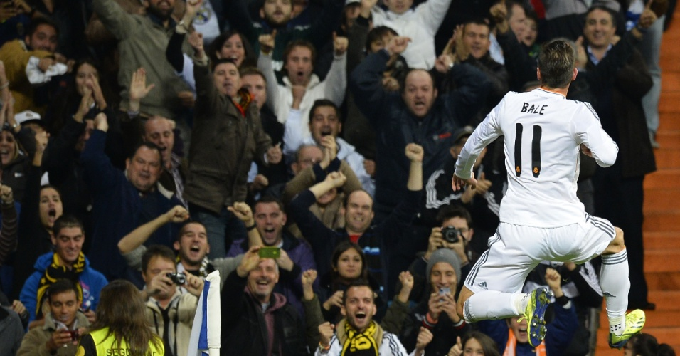 30.out.2013 - Gareth Bale vibra com seu segundo gol no duelo entre Real Madrid e Sevilla, pelo Campeonato Espanhol