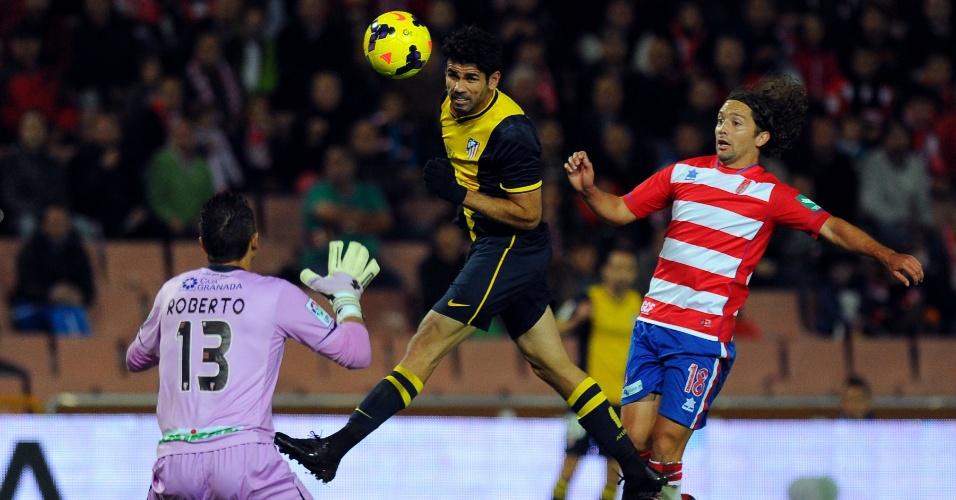 31.out.2013 - Atacante Diego Costa, do Atlético de Madri, cabeceia a bola na partida contra o Granada, pelo Campeonato Espanhol