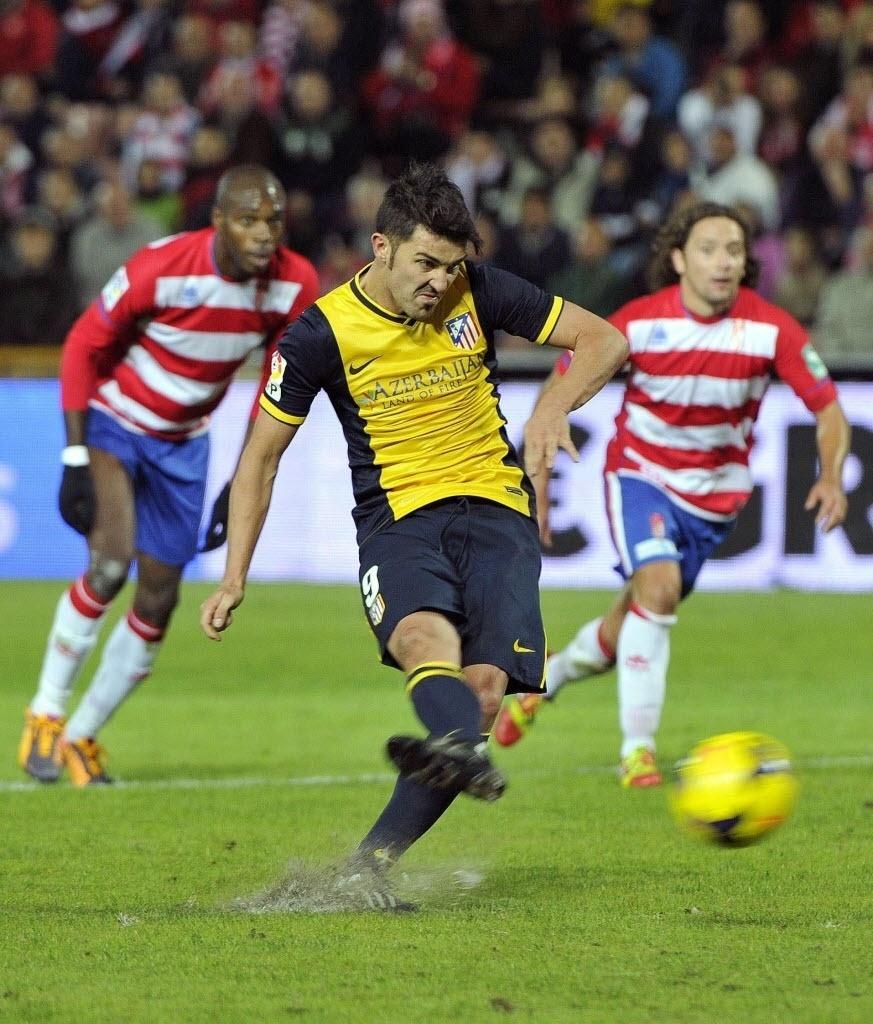 31.out.2013 - David Villa cobra pênalti e faz o segundo do Atlético de Madri na vitória sobre o Granada por 2 a 1