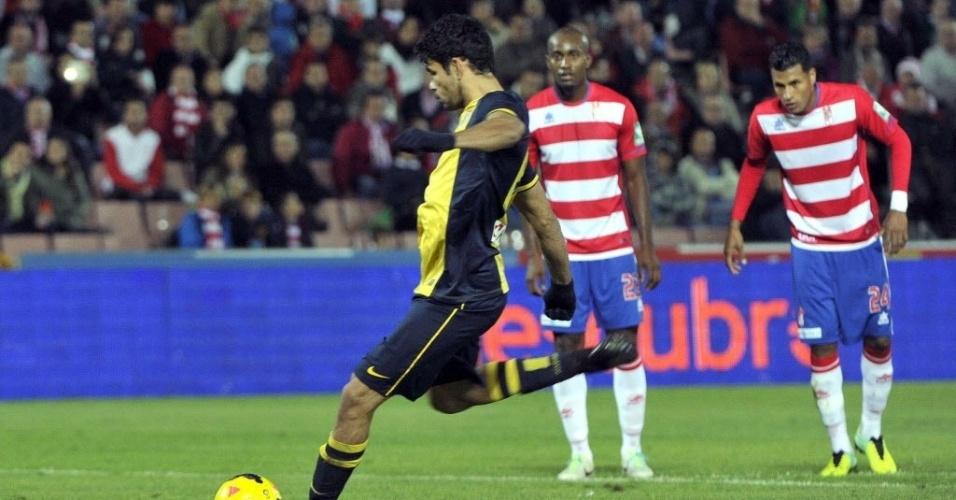 31.out.2013 - Diego Costa cobra pênalti que abriu o placar para o Atlético de Madri contra o Granada