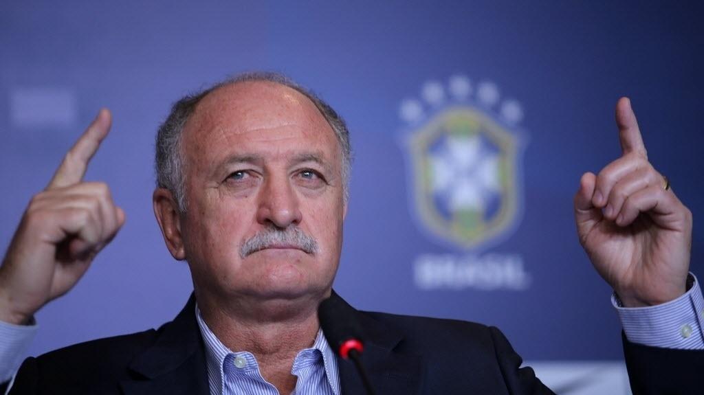 31.out.2013 - Felipão gesticula durante coletiva de imprensa em que anunciou os convocados para os amistosos contra Honduras e Chile