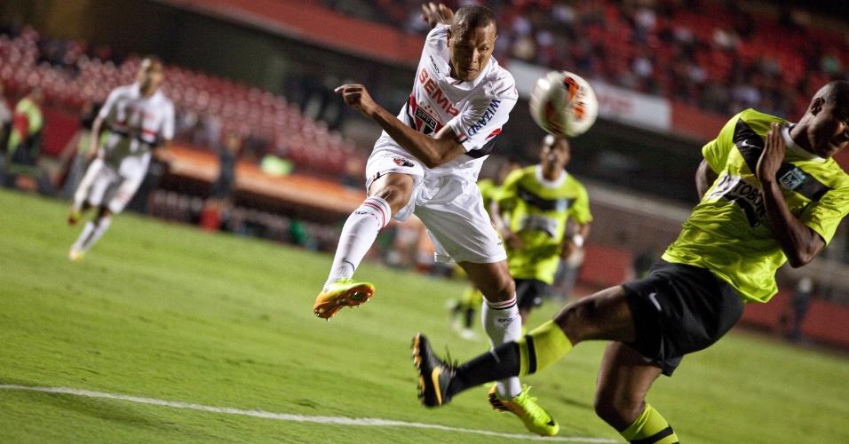 31.out.2013 - Luis Fabiano tenta finalização e carimba defensor do Atlético Nacional