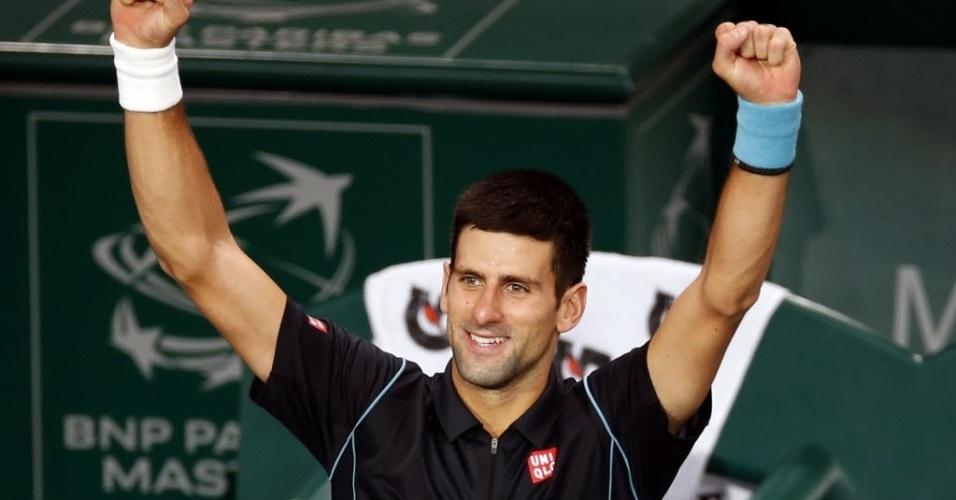 31.out.2013 - Novak Djokovic levanta os braços e sorri para comemorar o triunfo sobre John Isner nas quartas em Paris