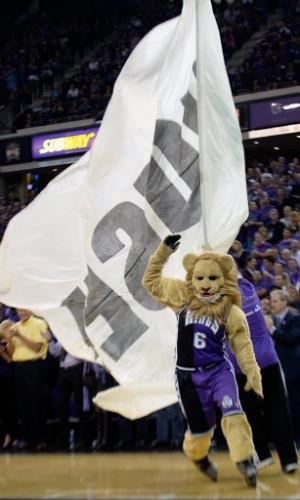 31.out.2013 - O mascote do Sacramento Kings corre pela quadra antes do duelo da equipe contra o Denver Nuggets