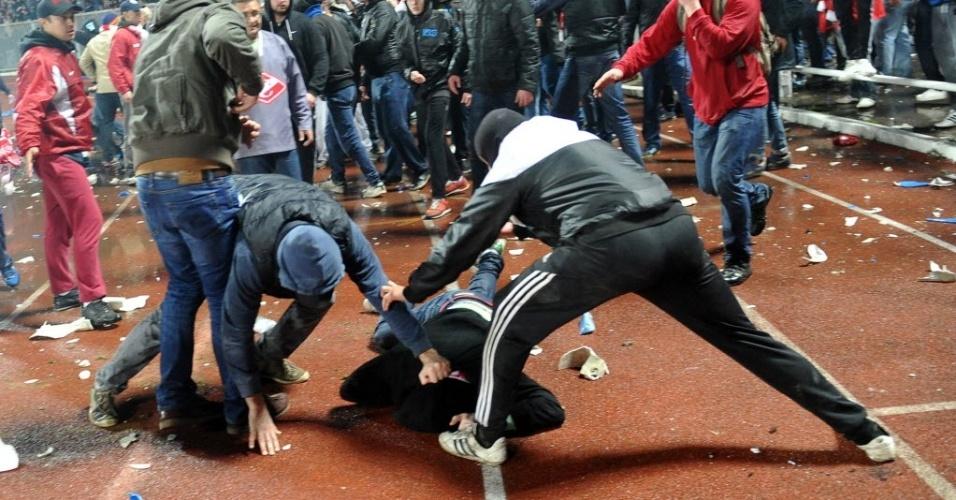31.out.2013 - Torcedores e policiais entraram em conflito na partida entre Spartak Moscou e Shinnik Yaroslavl, pela copa da Rússia; torcedores do Spartak invadiram o campo com fogos de artifício e jogaram cadeiras do estádio no gramado