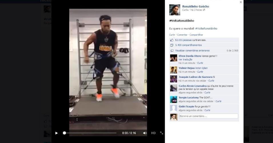 1 novembro 2013 - Ronaldinho Gaúcho posta foto e vídeo em seu facebook mostrando uma sessão de tratamento fisioterápico