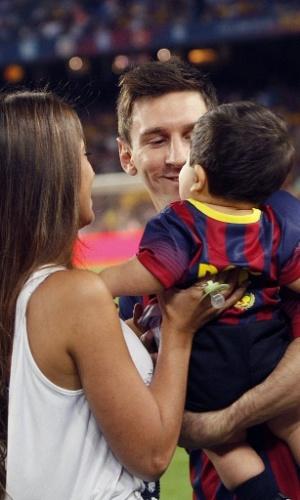 Antonella Roccuzzo e Lionel Messi com o garoto Thiago