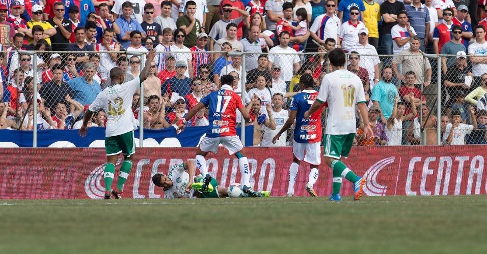02.nov.2013 - Alan Kardec, do Palmeiras, leva a pior na dividida com Henrique, do Paraná