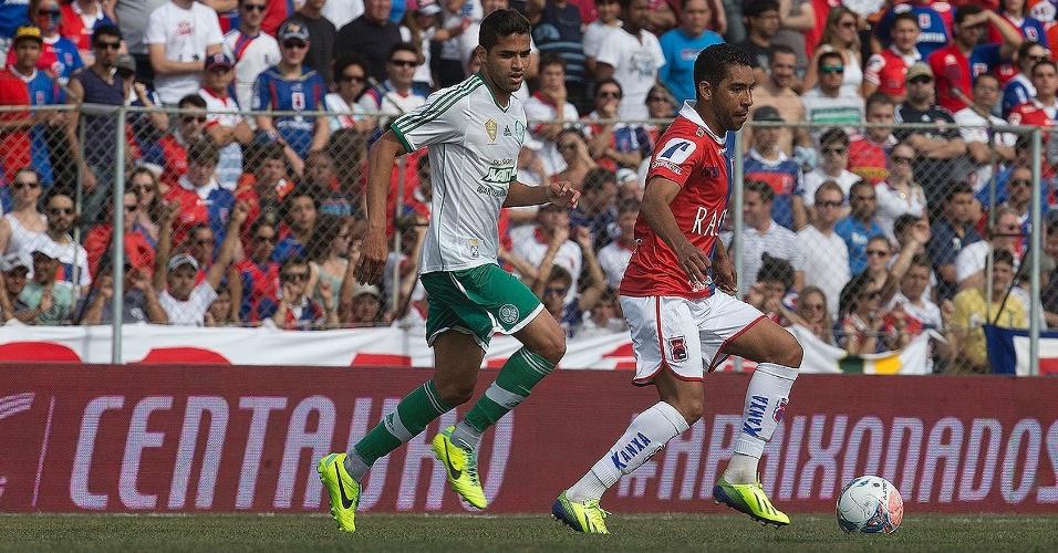02.nov.2013 - Edson, do Paraná, é marcado de perto pelo atacante Alan Kardec, do Palmeiras
