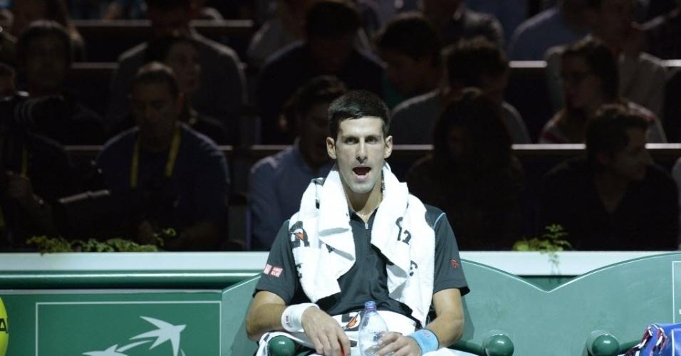 Djokovic descansa durante um intervalo da dura partida contra Roger Federer; o sérvio venceu de virada