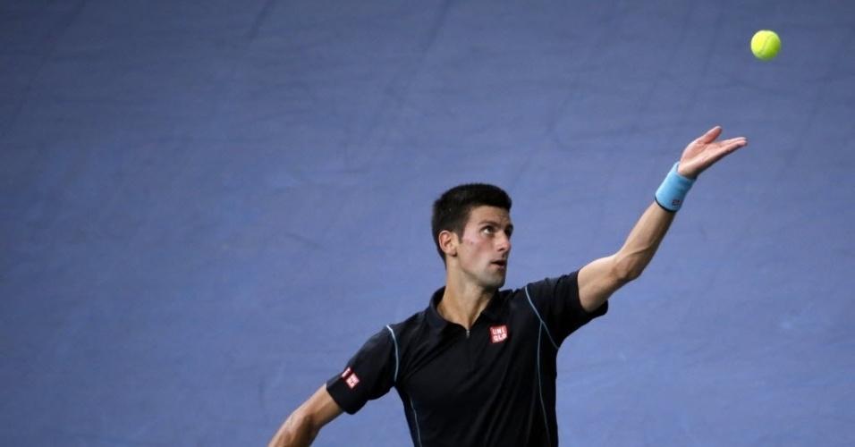 Djokovic saiu atrás no placar e teve de correr atrás contra Federer na semifinal em Paris; o sérvio venceu de virada