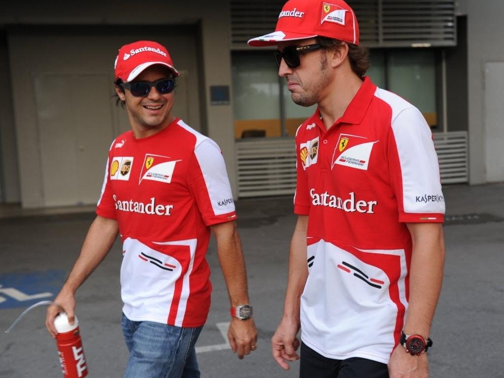 Felipe Massa conversa com Fernando Alonso nos boxes para o GP de Cingapura