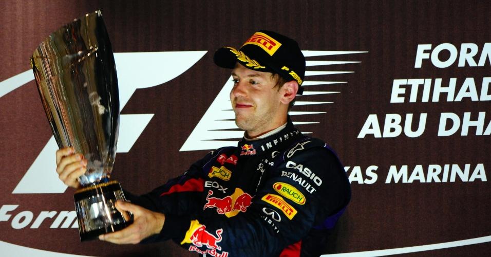 03.11.2013 - Vettel ergue o troféu após vencer o GP de Abu Dhabi