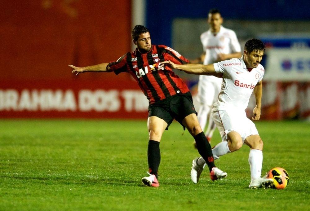03.nov.2013 - Alex disputa bola durante partida entre Atlético-PR x Internacional