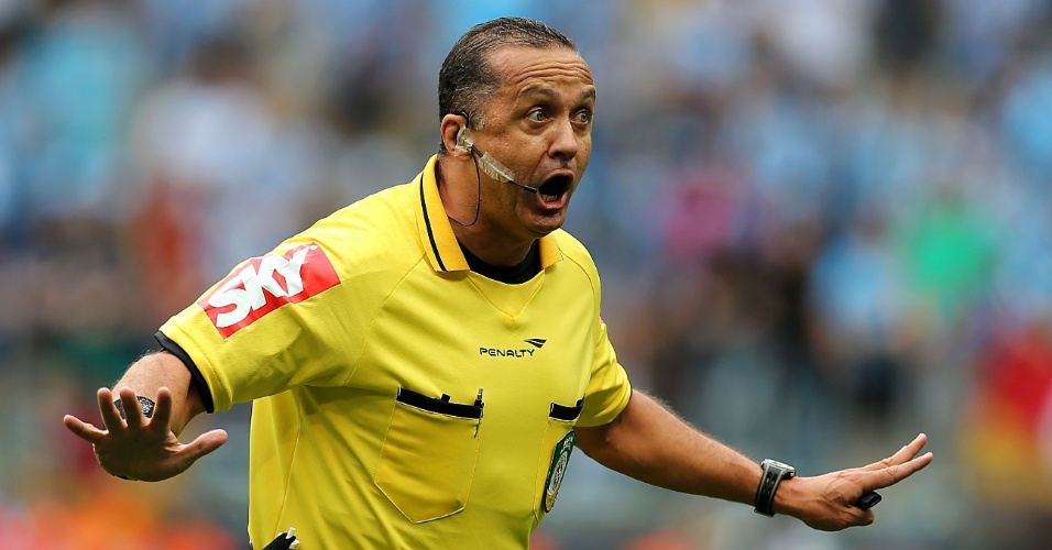 Árbitro Alício Pena Júnior dá bronca em jogadores durante Grêmio e Bahia