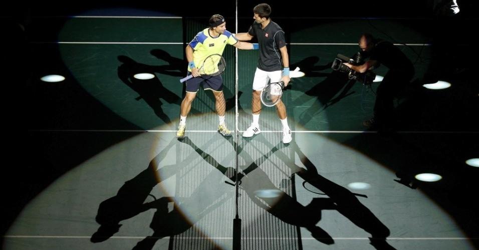 David Ferrer e Novak Djokovic se cumprimentam na rede na apresentação dos tenistas antes da final do Masters 1000 de Paris