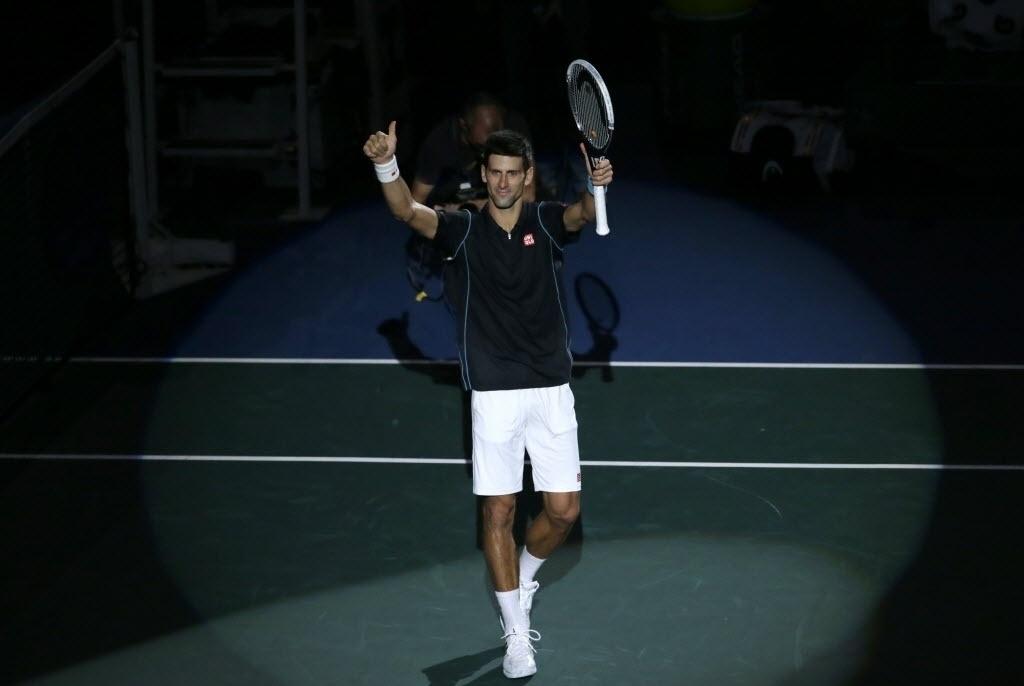 Djokovic festeja a conquista de seu segundo título do Masters 1000 de Paris; o primeiro foi em 2009