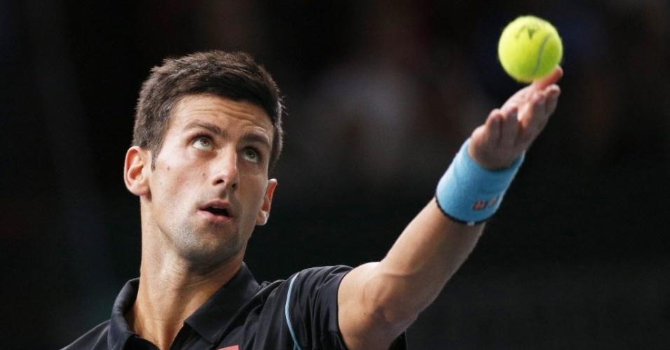 Djokovic mira atentamente a bolinha em saque durante a final contra Ferrer em Paris; o sérvio levou a melhor, por um duplo 7-5