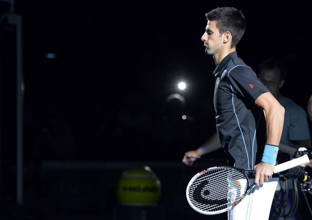 Djokovic se aquece para a partida contra Ferrer, na decisão do Masters 1000 de Paris