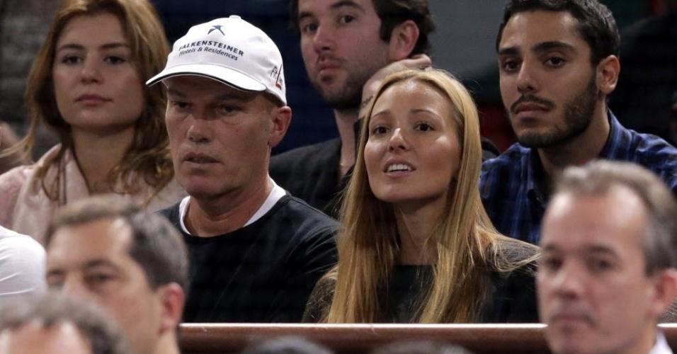 Jelena Ristic observa com apreensão o noivo Djokovic em ação contra Ferrer, na final de Paris; no fim, o sérvio triunfou em dura partida