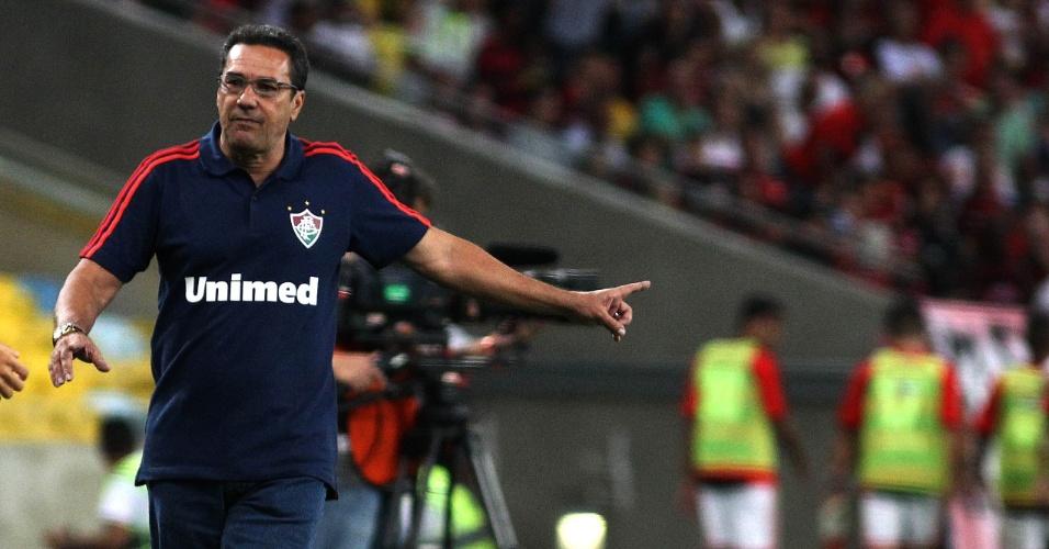 O técnico Vanderlei Luxemburgo comanda o Fluminense durante o clássico com o Flamengo, no Maracanã