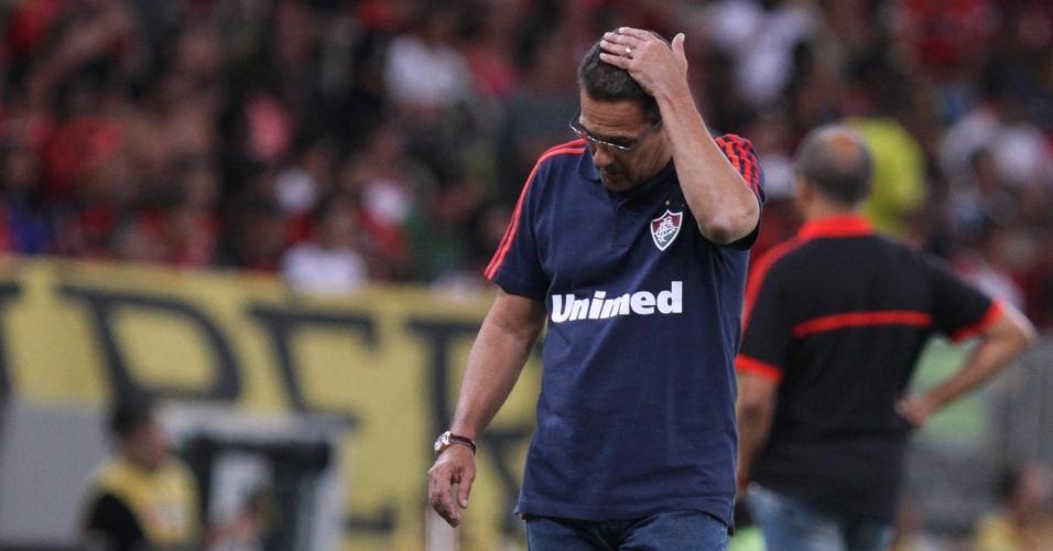 O técnico Vanderlei Luxemburgo lamenta chance desperdiçada pelo Fluminense no clássico com o Flamengo