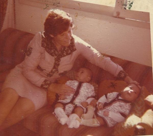 Marina Correia, mãe de Minotauro e Minotouro, cuida dos bebês, nascidos em Vitória da Conquista, na Bahia