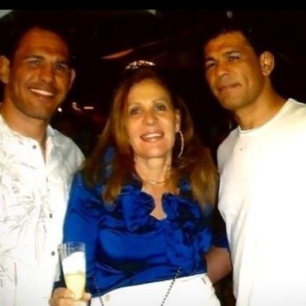 Minotouro (d) e Minotauro posam com a mãe, Marina Correia, que lança em novembro livro sobre suas histórias com os gêmeos lutadores do UFC