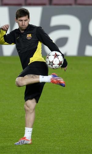 05.nov.2013 - Lionel Messi domina a bola com estilo durante treino do Barcelona