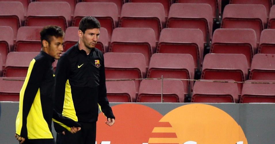 05.nov.2013 - Neymar e Lionel Messi conversam durante treino do Barcelona