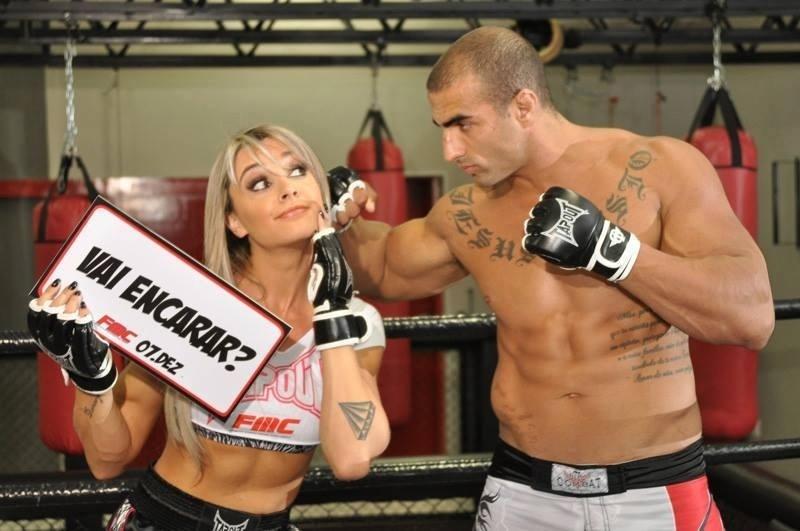 Juju Salimeni posa com o peso pesado Fernando Santo Forte antes de ser ring girl do evento de MMA FMC, em dezembro, em São Paulo