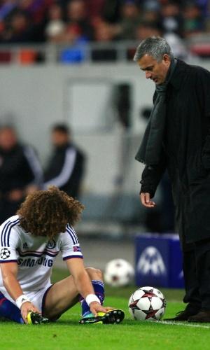 Mourinho tenta levantar David Luiz no jogo entre Chelsea e Steaua Bucareste