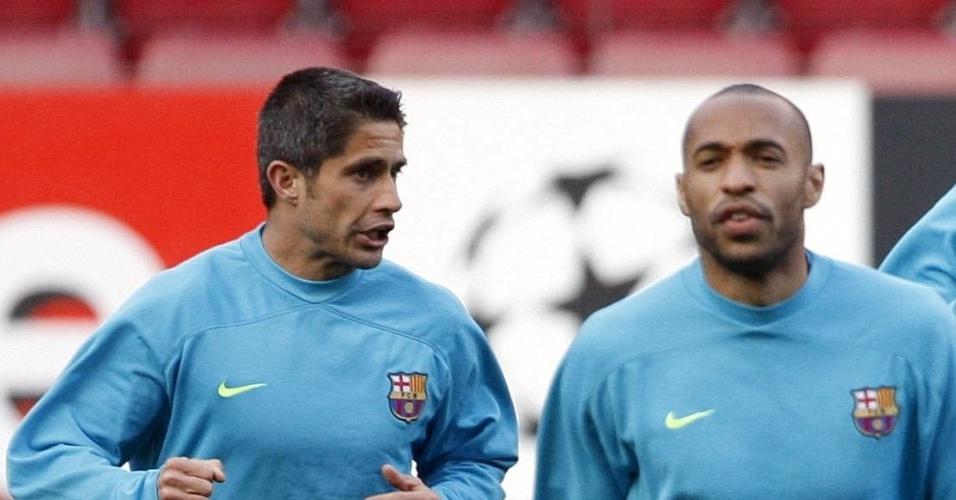Sylvinho, ex-lateral do Barcelona, conversa com Messi em um treinamento do clube catalão