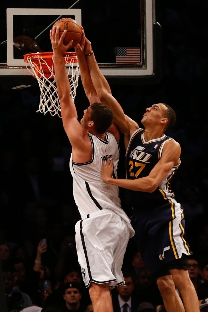 05.nov.2013 - Brook Lopez tenta enterrada durante o triunfo dos Nets sobre o Jazz no Brooklyn
