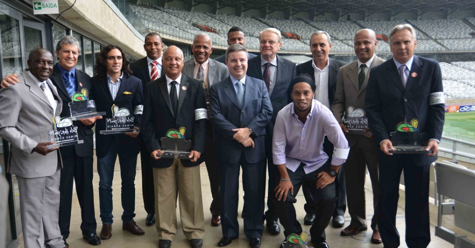 6 novembro 2013 - Jogadores e ex-atletas, que serão embaixadores de Minas para a Copa do Mundo, posam com o governador Antônio Anastasia, e o prefeito de BH, Márcio Lacerda