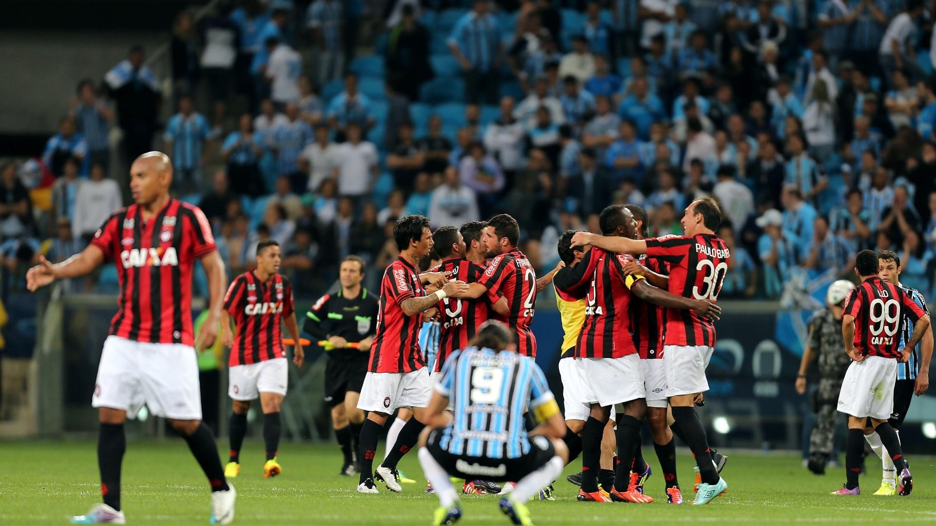 Jogadores do Atlético-PR comemoram classificação enquanto Barcos lamenta