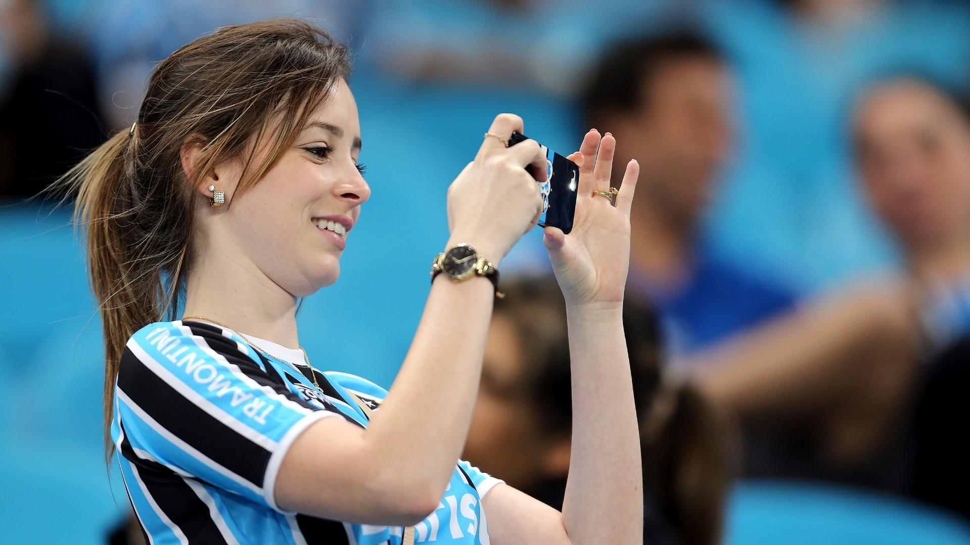 Torcedora do Grêmio registra semifinal contra o Atlético-PR pela Copa do Brasil