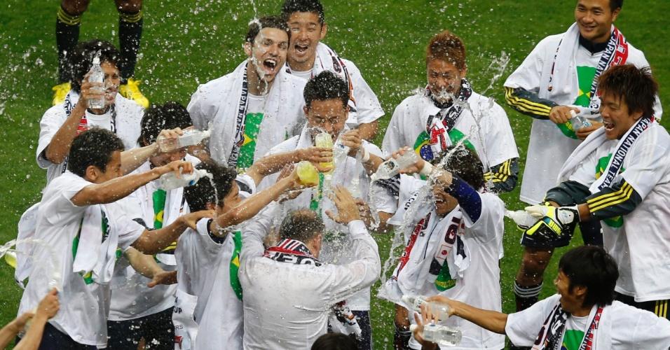 04.jun.2013 - Jogadores do Japão comemoram classificação para a Copa do Mundo-2014 após empate por 1 a 1 com a Austrália em Saitama