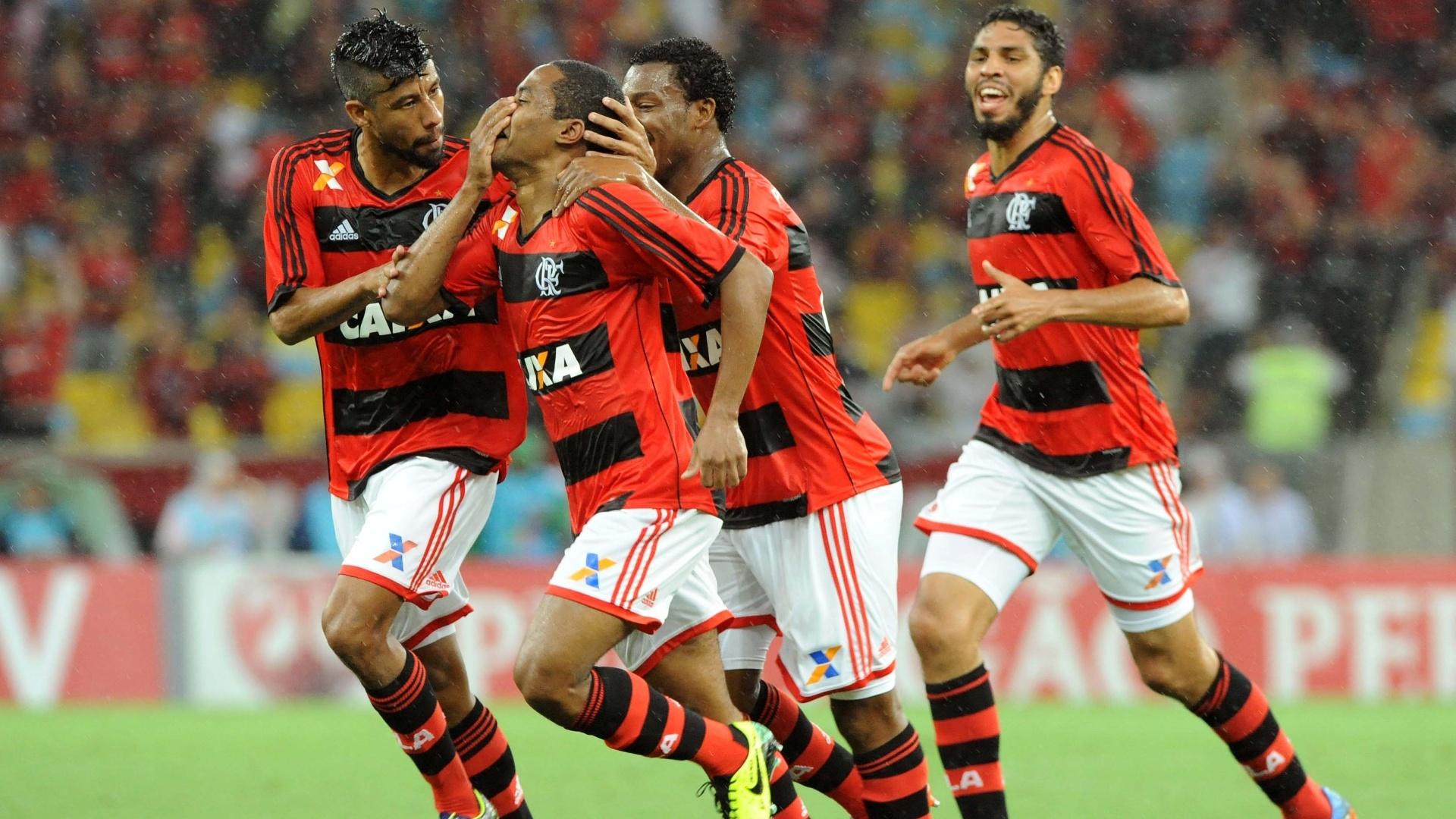 06.nov.2013 Cercado por Léo Moura (e), Amaral e Wallace (d), Elias (centro) comemora o segundo gol do Flamengo contra o Goiás, no Maracanã