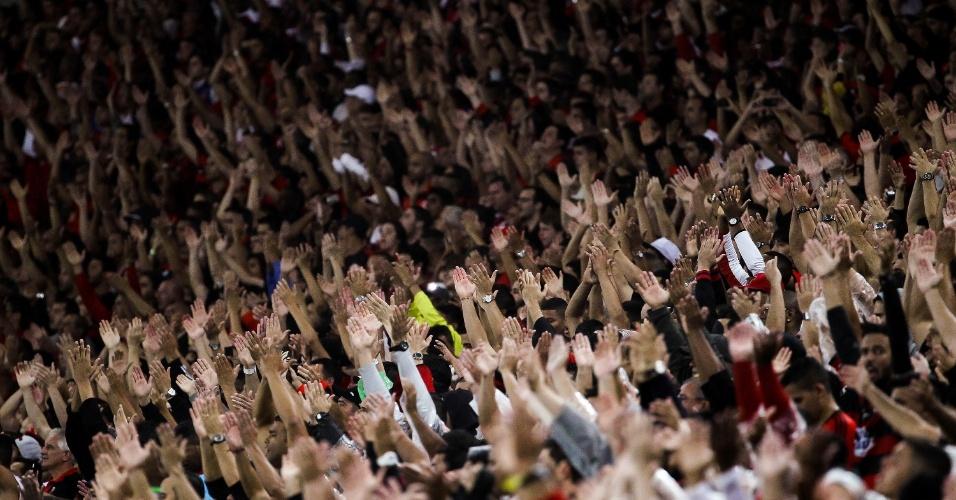 http://imguol.com/c/esporte/2013/11/07/06nov2013-torcida-do-flamengo-comemora-a-vitoria-sobre-o-goias-no-maracana-e-a-vaga-na-final-da-copa-do-brasil-1383863093363_956x500.jpg