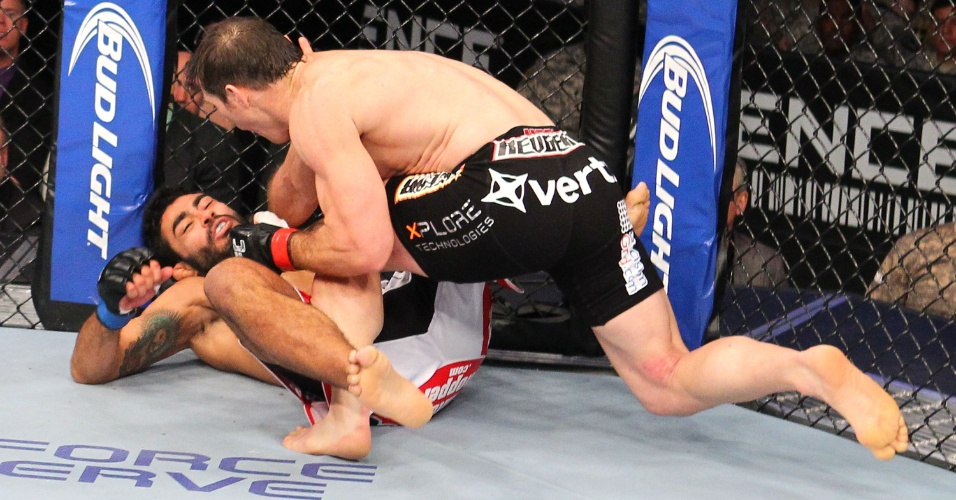 07.nov.2013 - Rafael Natal cai após receber golpe de Tim Kennedy no UFC Fight for the Troops