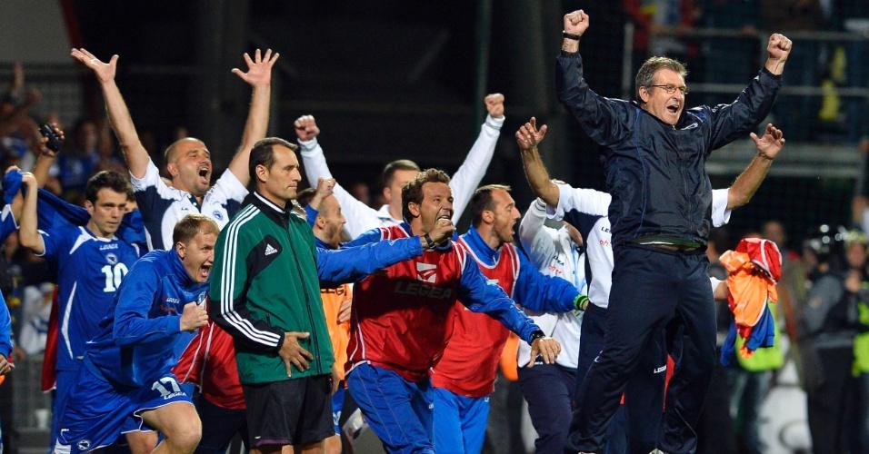 10.set.2013 - Jogadores e membros da comissão técnica da Bósnia comemoram a vitória por 2 a 1 sobre a Eslováquia pelas eliminatórias da Copa do Mundo-2014