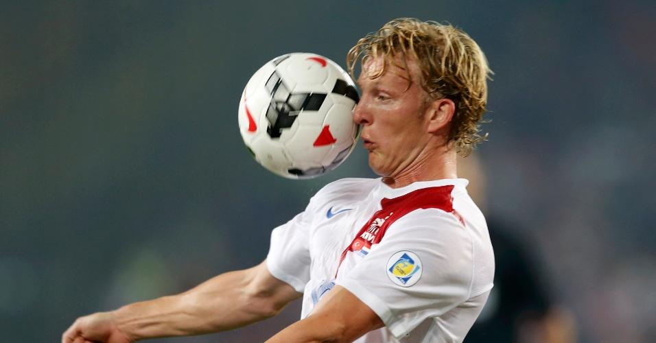 15.out.2013 - Dirk Kuyt, da Holanda, leva bolada durante a partida contra a Turquia pelas eliminatórias da Copa do Mundo-2014