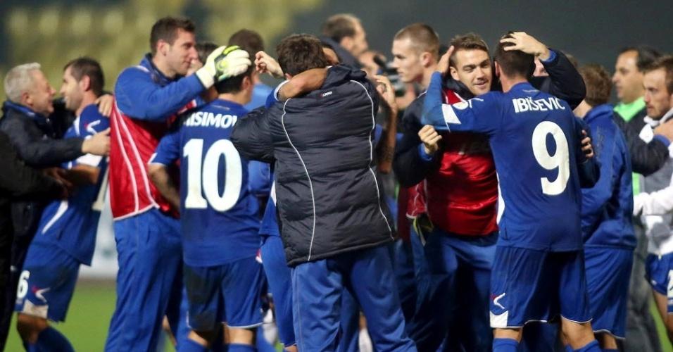 15.out.2013 - Jogadores e membros da comissão técnica da Bósnia comemoram a vitória por 1 a 0 sobre a Lituânia, que selou a classificação inédita do país para a Copa do Mundo-2014