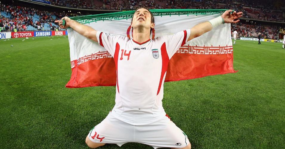 18.jun.2013 - Andranik Teymourian comemora a classificação do Irã para a Copa do Mundo-2014 após a vitória por 1 a 0 sobre a Coreia do Sul