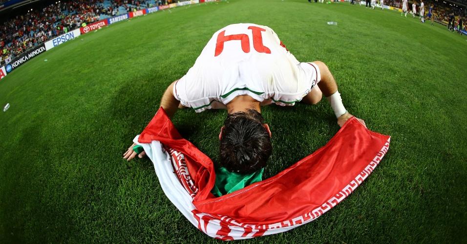 18.jun.2013 - Andranik Teymourian se emociona com a classificação do Irã para a Copa do Mundo-2014, após a vitória por 1 a 0 sobre a Coreia do Sul