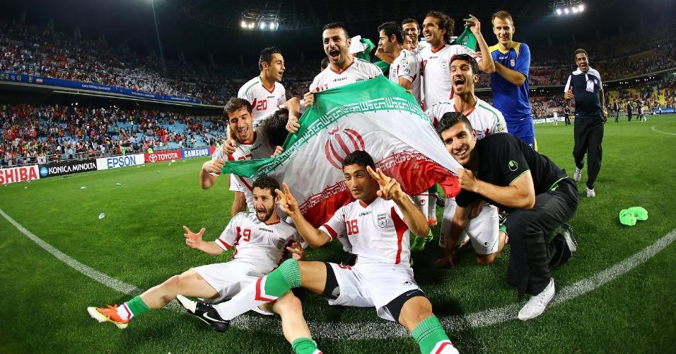 18.jun.2013 - Jogadores do Irã comemoram a classificação para a Copa do Mundo-2014 com a vitória por 1 a 0 sobre a Coreia do Sul