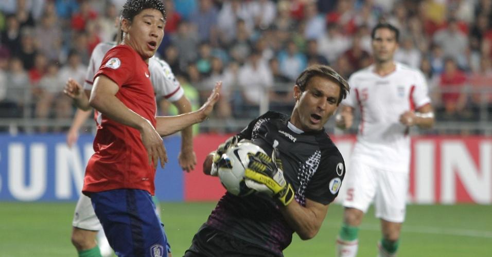 18.jun.2013 - Rahman Ahmadi, goleiro do Irã, faz uma defesa durante a partida contra a Coreia do Sul pelas eliminatórias da Copa do Mundo-2014