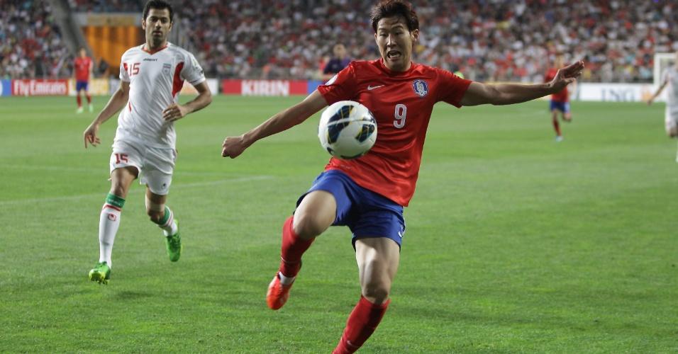 18.jun.2013 - Son Heung-Min, da Coreia do Sul, tenta dominar a bola durante a partida contra o Irã pelas eliminatórias da Copa do Mundo-2014