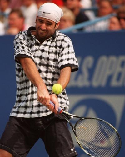 andre-agassi-em-1995-com-um-uniforme-bastante-peculiar-da-nike-alem-da-camiseta-estampada-ele-ainda-usa-uma-bandana-na-cabeca-1383866715552_400x500.jpg